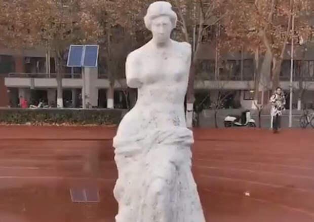 Китаец слепил из снега статую Венеры Милосской