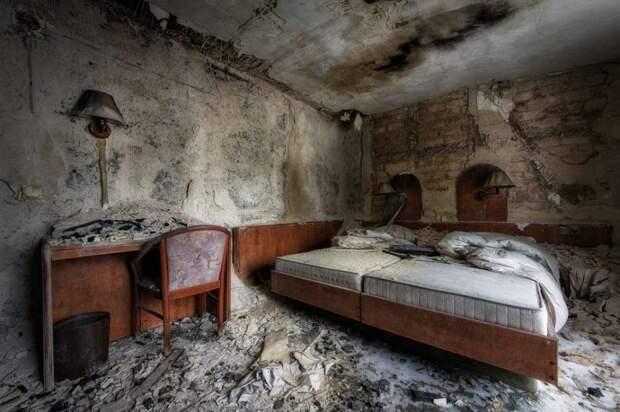 Бывший отель в Германии после пожара в 2012 году.