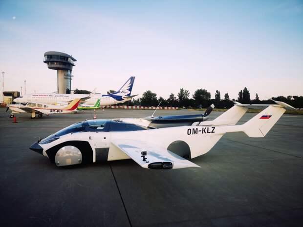 Возможно, это изображение (самолет, на открытом воздухе и текст «OM-PIP OM-KLZ»)