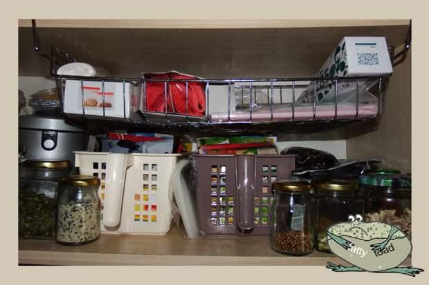 """Как я использую (захламляю) каждый сантиметр своей крохотной кухни. Зачем мне там туалетная бумага и другие мои """"закидоны""""."""