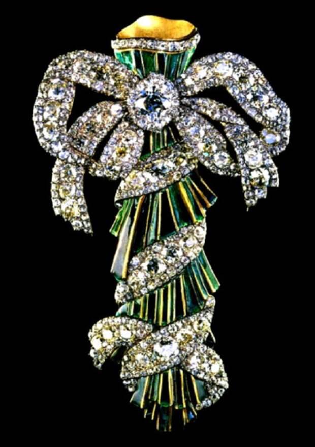 Изготовлен около 1770 года. Его размеры 13,5 х 8 см. Использованы бриллианты различных цветов и форм огранки.
