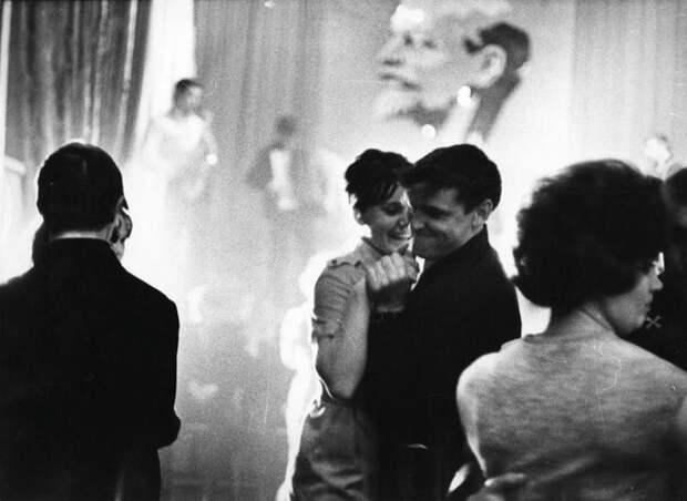 Праздничный вечер. Всеволод Тарасевич, 1965 год, г. Норильск, из архива МАММ/МДФ.