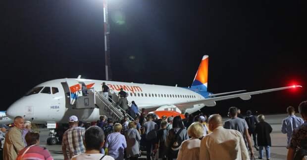 "Суперджет 100 авиакомпании ""Азимут"". Фото автора."