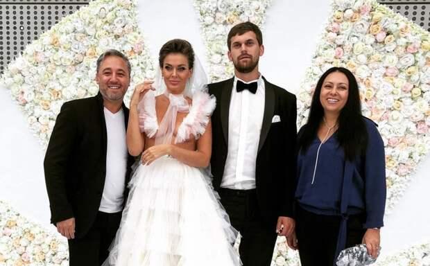Платье «с перчинкой»: Таня Терешина появилась на свадебной вечеринке в провокационном наряде без верха
