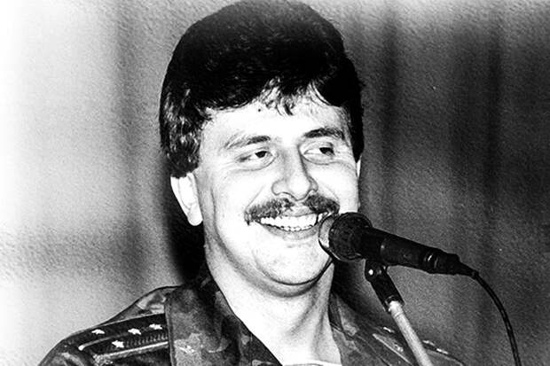 До «Голубых беретов» Юрий Слатов был уже достаточно известен, став в 1987 году победителем Всесоюзного конкурса «Когда поют солдаты» среди авторов-исполнителей за песню «Ордена не продаются»
