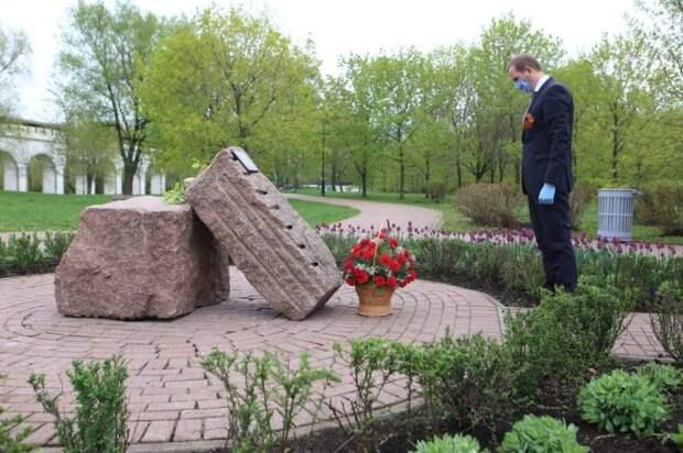 Префект Алексей Беляев возложил цветы к пяти памятникам