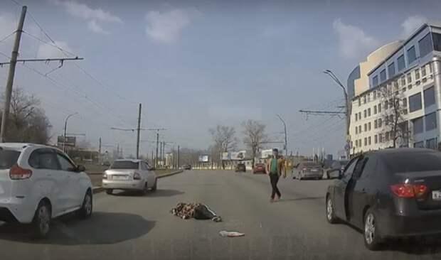 Курянин упал без сознания на проезжую часть улице Энгельса