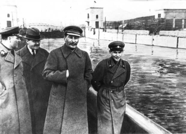 Klim-Voroshilov-Vyacheslav-Molotov-Iosif-Stalin-i-Nikolaj-Ezhov-na-kanale-Moskva-Volga.-22-aprelya-1937