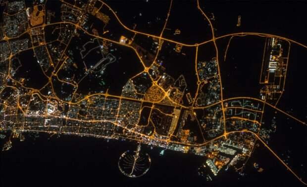 2016. Ночной вид города Дубай в Объединенных Арабских Эмиратах