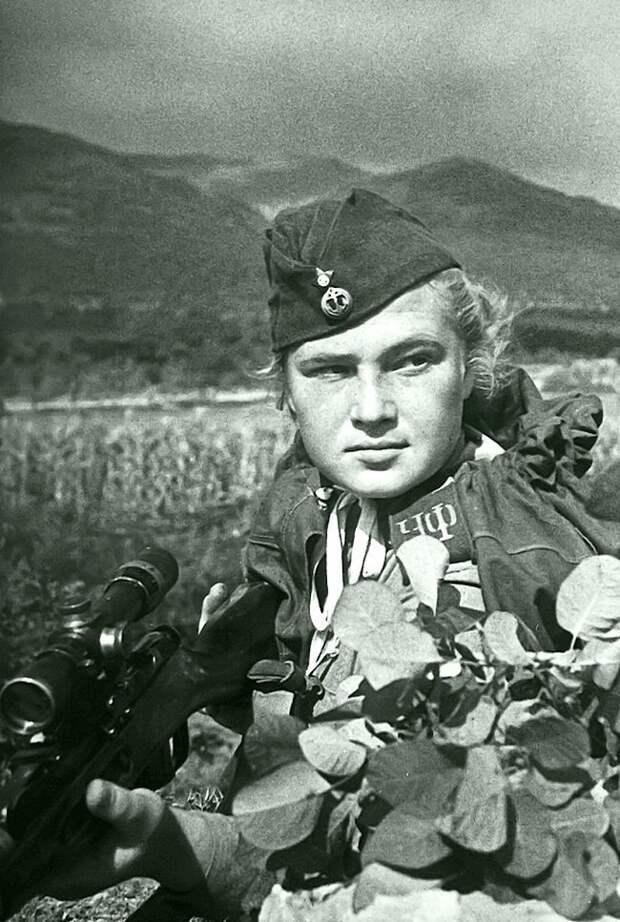Снайпер 255-й бригады морской пехоты Елизавета Миронова. 10 сентября 1943 года в боях за Новороссийск была тяжело ранена и 29 сентября умерла в госпитале в возрасте 19 лет. Личный счёт - около 100 гитлеровцев. Фото сделано в Новороссийске незадолго д Великая Отечественная война, СССР, история