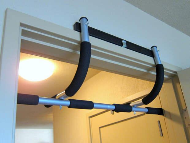 Оборудуем спортзал в обычной квартире: вешаем турник и ставим гантели