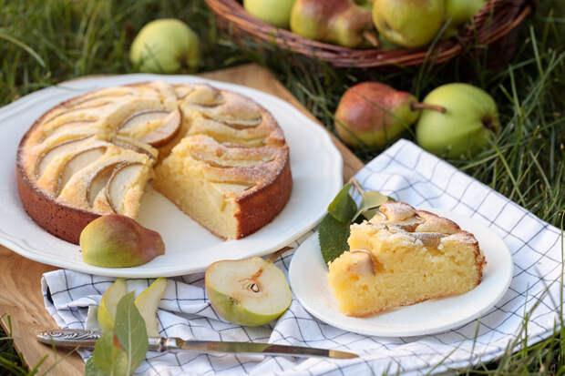 Простой и ароматный пирог с грушами