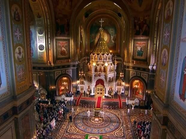 Пасхальное богослужение началось в храме Христа Спасителя