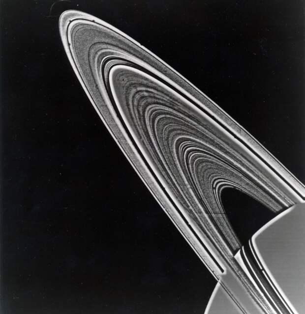1981. Снимок колец Сатурна, сделанный по прибытию космическим зондом «Вояджер-2» (англ. Voyager-2)