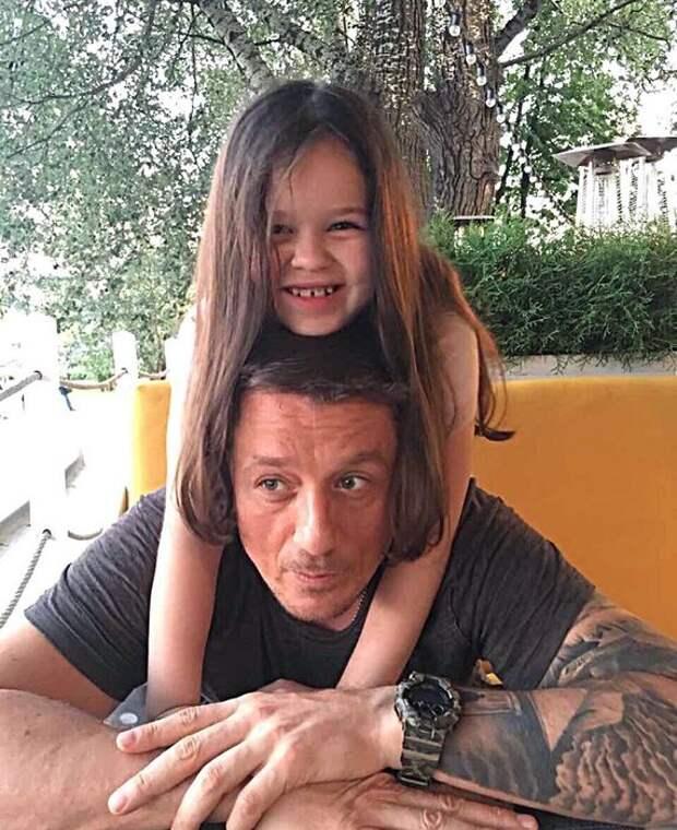 Алексей Макаров не платит алименты своей дочери