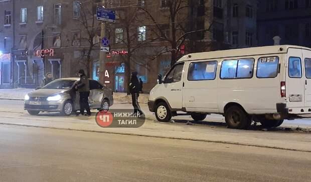 «Свист— удар»: маршрутка попала вДТП натрамвайных путях вцентре Нижнего Тагила