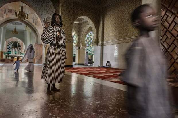 Туба, Сенегал: член секты сенегальских мусульман Бай Фолл в Великой мечети Туба. Фотография: Стефано Пенсотти.