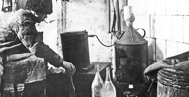Самогонный аппарат. Фото: 1920-е гг. (?)