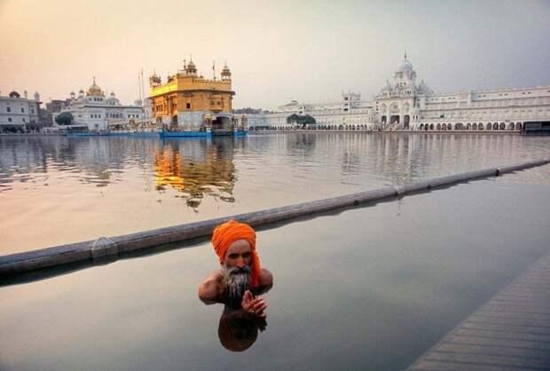 Амритсар, Индия: сикхский пилигрим принимает ритуальную ванну в священном бассейне, известном как Амрит Саровар, перед Золотым Храмом. Фотография: Матяз Кривич.