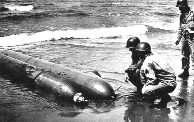 Американские солдаты рассматривают выброшенную торпеду. | Фото: Военное обозрение.