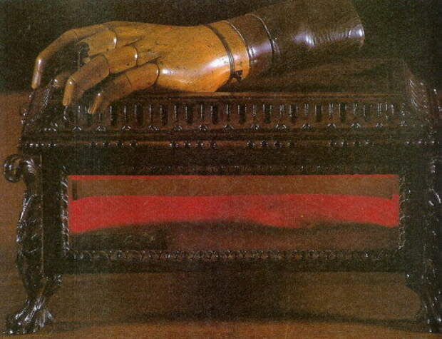 Деревянная рука капитана Данжу из музея иностранного легиона в Обани. Кстати, 30 апреля - их День Славы