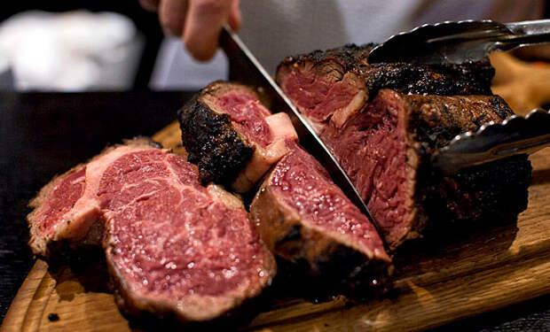Бросаем огромный кусок мяса прямо в золу