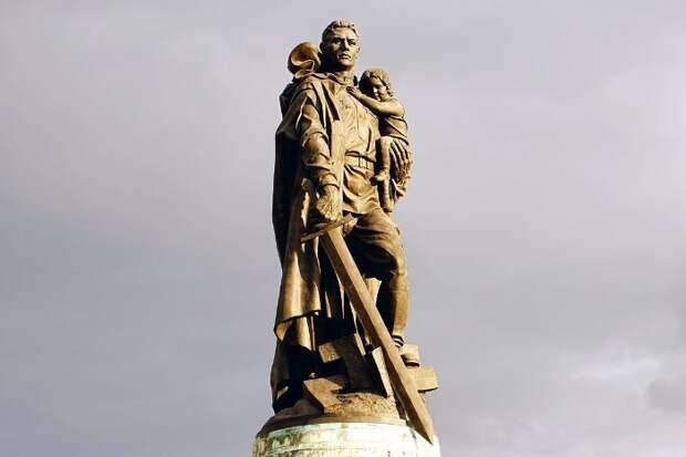 Забытый подвиг: Какой советский солдат и почему стал прототипом памятника Воину-освободителю