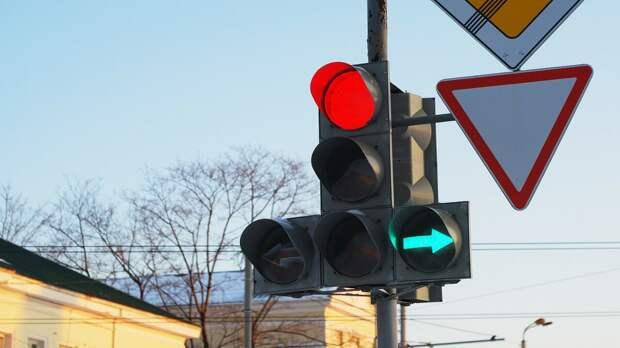 """Можно ли стоять под зелёную """"стрелку"""", если нужно ехать прямо? Узнал у инспектора ГИБДД"""