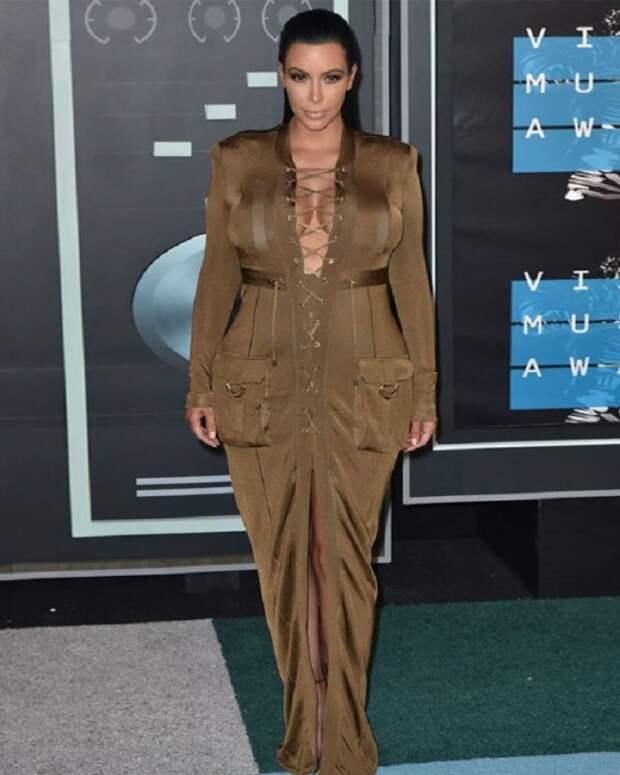 Ким Кардашьян в платье с широкими карманами. / Фото: yapokupayu.ru