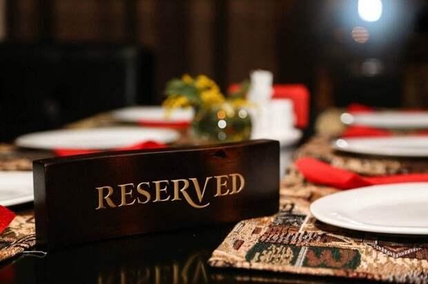 За столы с табличкой «Reserved» официанты сажают большие компании. / Фото: chelife.ru