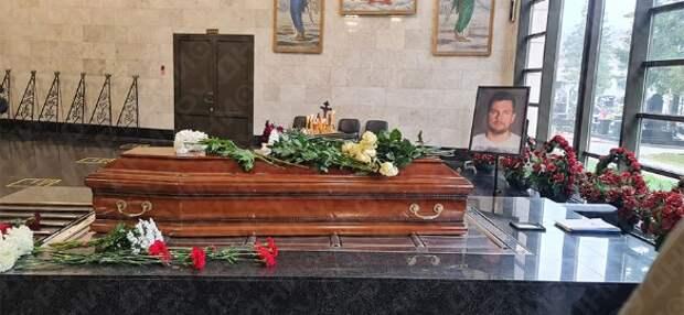 Партнера Кудрявцевой сожгли в уникальном гробу за 50 тысяч