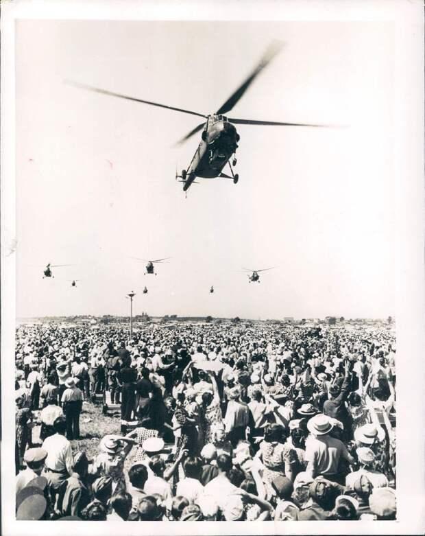1954. Тушино. Вертолеты над летным полем