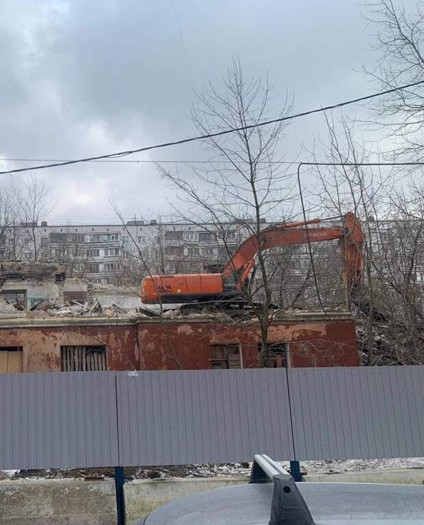 Фото дня: на Тайнинской начался снос заброшенного здания
