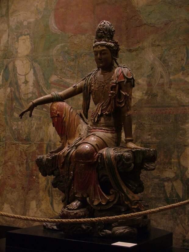 Статуя Гуаньинь эпохиЛяо(907—1125) изШэньси. Крашеное дерево.Музей Нельсона-Аткинса, Канзас-сити, Миссури, США