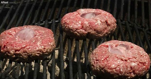 Покладите на мясо кубик льда - и мясо на гриле будет намного лучше