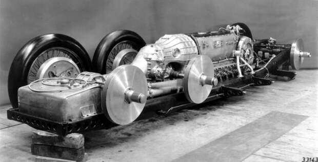 Для реализации проекта выбрали Mercedes-Benz, а те пригласили давнего партнера Фердинанда Порше. Конструктору предстояла непростая задача – впихнуть громадный двигатель в машину. mercedes, mercedes-benz, Фердинанд Порше, авто, гоночный автомобиль, интересно, рекогд скорости, факты