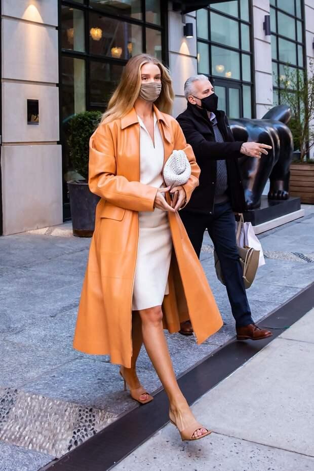 Цвет мандариновой корки: Роузи Хантингтон-Уайтли в ярком кожаном тренче, который подойдет для дождливой погоды