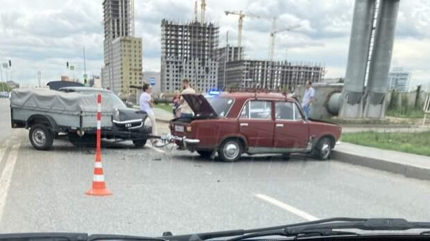 Из-за ДТП авто сприцепом перекрыло обе полосы наХарьковской вТюмени