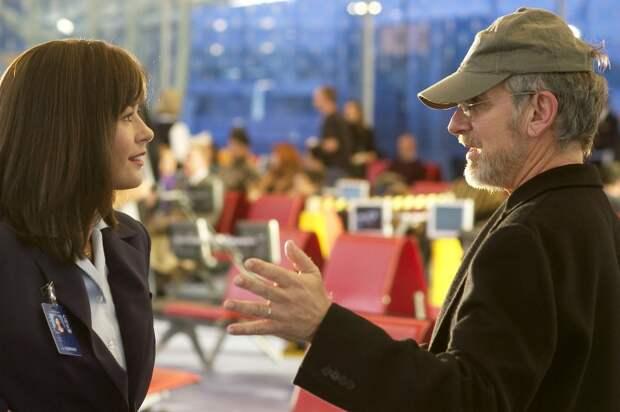 Кэтрин Зета-Джонс и Стивен Спилберг во время съёмок фильма «Терминал». Фото