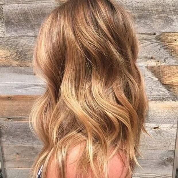 девушка с волосами оттенка медовый блонд