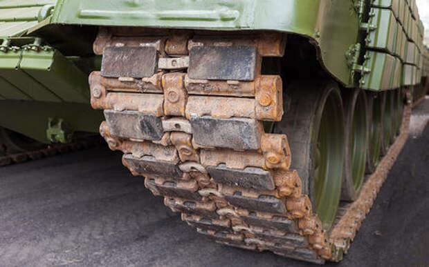 Одной рукой строим, другой - ломаем: танки разрушили свежеотремонтированную дорогу в Приамурье