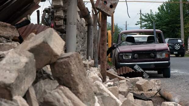 Поврежденный дом и автомобиль в результате обстрелов по общине Иванян Нагорного Карабаха - РИА Новости, 1920, 02.10.2020