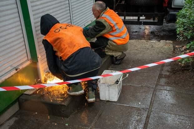 В Ялте начали сносить незаконные торговые объекты