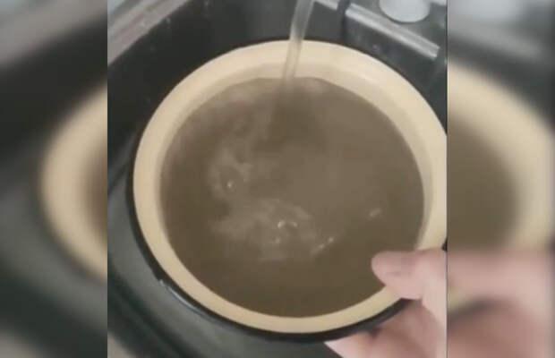 Черная вода потекла из кранов жителей Керчи