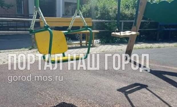 Коммунальщики заменили качели на детской площадке по Воротынской улице
