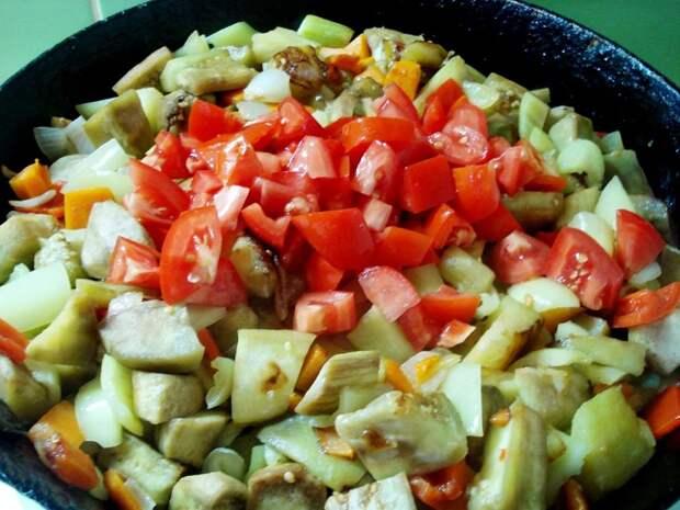 Помидоры замедляют процесс приготовления других овощей. / Фото: dunduk-culinar.ru