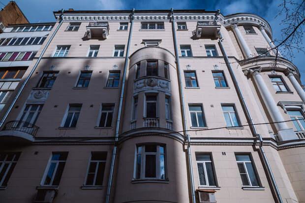 Верхние 2 этажа этого дореволюционного доходного дома добавлены уже в годы советской власти; здесь, кстати, жил Есенин :)