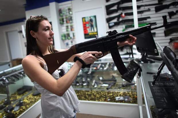 Британки сделали внушительные запасы продуктов и купили оружие, чтобы защититься от воров во время пандемии
