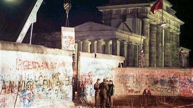 Разбор Берлинской стены у Бранденбургских ворот. 22 декабря 1989 года