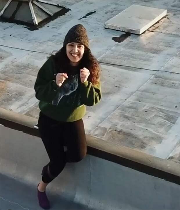 Парень увидел танцующую девушку на крыше и устроил с ней свидание на расстоянии